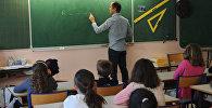 Учитель ведет урок в школе. Архивное фото