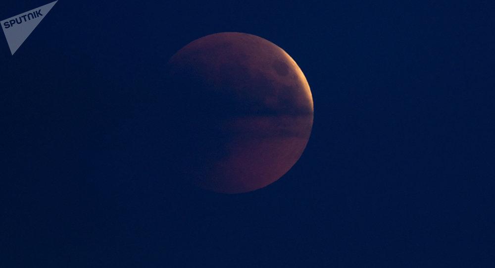 Как вМинске наблюдали за«кровавой» луной— Все оттенки красного