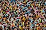 В тесноте, да в прохладе — тысяча китайцев втиснулись в бассейн