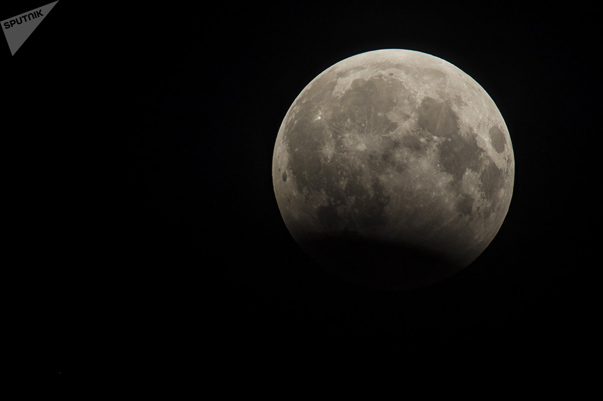 В ночь с понедельника на вторник кыргызстанцы, как и многие другие жители планеты, стали свидетелями лунного затмения. Это природное явление часто называют кровавой Луной оттого, что Земля не полностью закрывает тенью свою спутницу и та приобретает бордовый оттенок. Следующее лунное затмение ожидается 31 января 2018 года