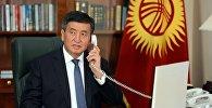 Архивное фото президента Сооронбая Жээнбекова во время разговора по рабочему телефону