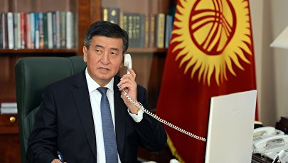 Президент КР Сооронбай Жээнбеков во время разговора по рабочему телефону. Архивное фото