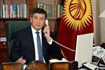 Премьер-министр Кыргызской Республики Сооронбай Жээнбеков говорит по телефону в рабочем кабинете