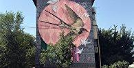 Арт-группа DOXA из Кыргызстана разукрасила фасад одного из домов в Алматы в рамках Международного фестиваля по монументально-декоративному искусству Mural Fest
