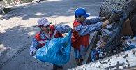 Работники муниципального предприятия Тазалык во время уборки территорий. Архивное фото