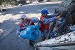 Работники муниципального предприятия Тазалык во время уборки территорий в центре Бишкека. Архивное фото