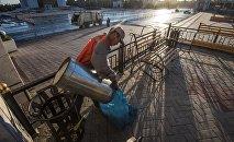 Работник муниципального предприятия Тазалык во время уборки. Архивное фото