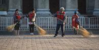 Работники муниципального предприятия Тазалык во время уборки территория близ здания правительства КР в Бишкеке. Архивное фото