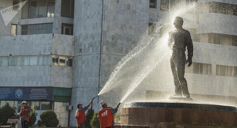 Работники муниципального предприятия Тазалык моют памятник писателя Чингизу Айтматову на площади Ала-Тоо. Архивное фото