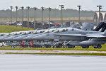 Истребители-эскадрильи воздушного суда морской пехоты США стоят на взлетно-посадочной полосе на базе ВВС Андерсена, Гуам. Архивное фото