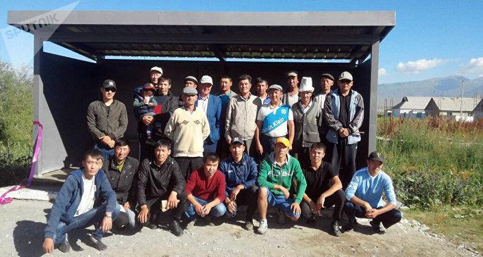Выпускники школы в Ат-Башинском районе, окончившие ее 10 лет назад, построили в родном селе Талды-Суу современную остановку