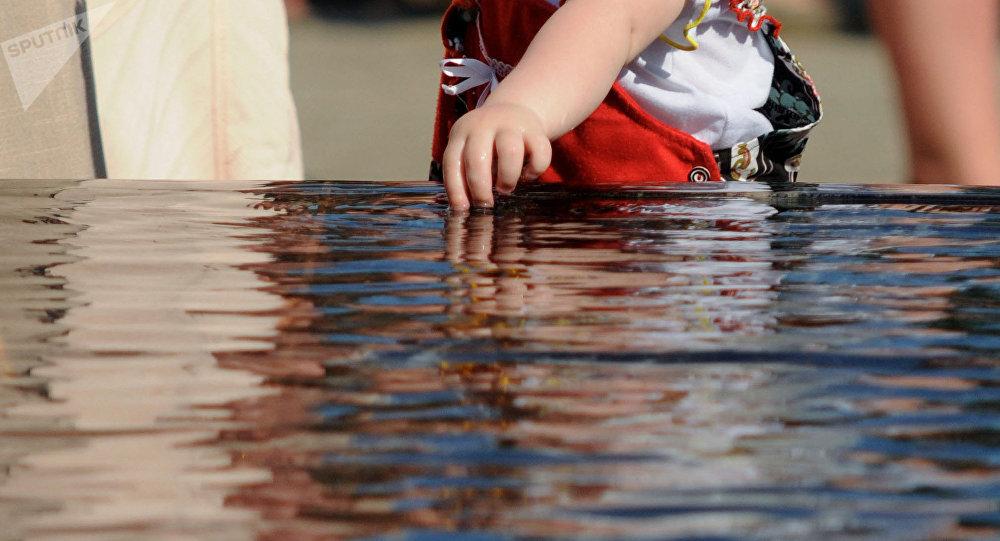 Ребенок у воды. Архивное фото