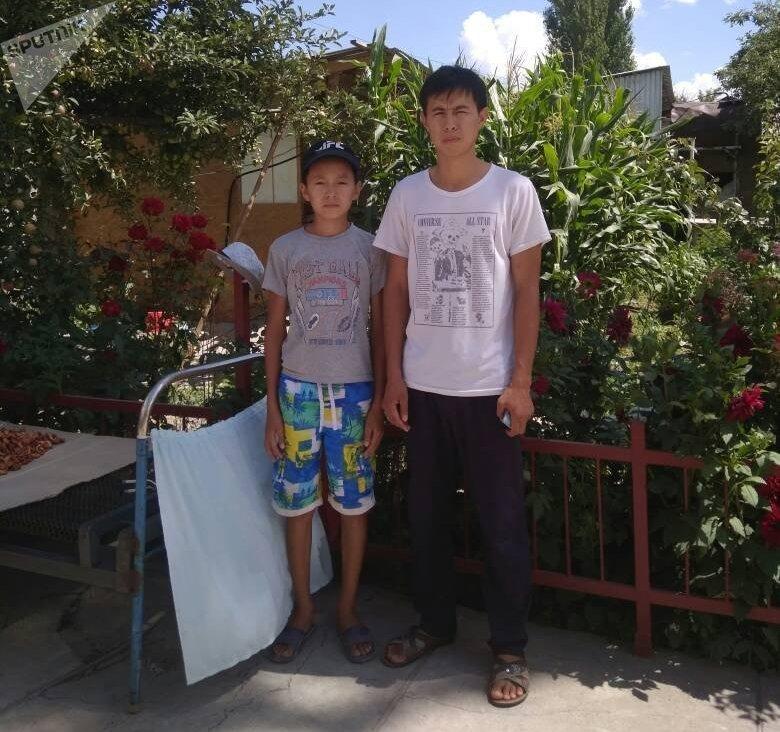 Спасший утопающего четырехлетнего мальчика, житель села Гульчо Алайского района Камчы Эркинбеков (справа) с братом