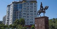 Памятник Ормон хану у отеля Ак-Кеме в Бишкеке. Архивное фото