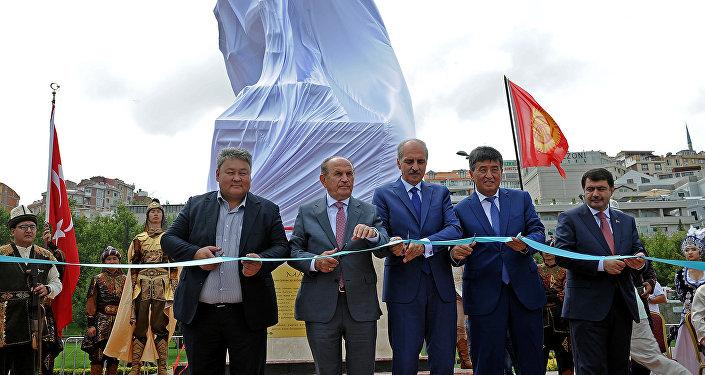 В Стамбуле (Турция) сегодня, 9 августа, прошла церемония открытия памятника Манасу с участием премьер-министра Сооронбая Жээнбекова