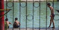 Дети купаются на озере. Архивное фото
