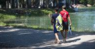 Горожане у озера на Карагачевой роще на окраине Бишкека. Архивное фото