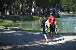 Молодые люди у озера в Карагачевой роще. Архивное фото
