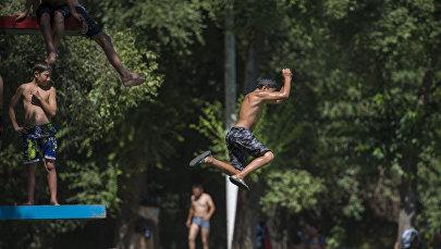Дети купаются на озере на территории Карагачевой рощи. Архивное фото