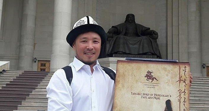 В свою очередь Баттулга подарил художнику бронзовую статуэтку воина, а также вручил книгу рекордов Монголии со своей росписью
