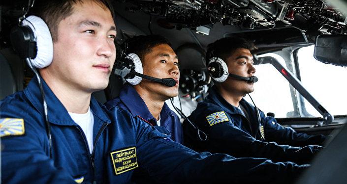 Военнослужащие ВС КР на церемонии передачи Россией Кыргызстану двух военно-транспортных самолетов АН-26 и авиационной технико-эксплуатационной части (АТЭЧ)