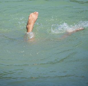Мальчик плавает на одном из озер. Архивное фото
