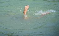 Мальчик плавает в озере в Карагачевой роще. Архивное фото