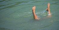 Мальчик плавает на одном из озер Карагачевой рощи