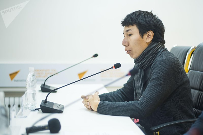 Гражданский активист Айбек Баратов на пресс-конференции Тысячи автомобилей оказались заложниками из-за отсутствия центра регистрации в мультимедийном пресс-центре Sputnik Кыргызстан