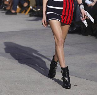 Девушка в короткой юбке. Архивное фото