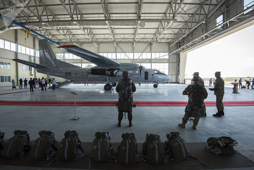 Церемония передачи Россией Кыргызстану двух военно-транспортных самолетов АН-26 и АТЭЧ