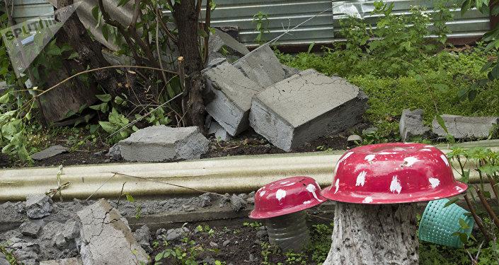 Тяжелые блоки упали во двор соседского дома №167