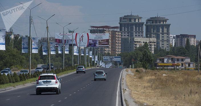 Автомобили едут по дороге на улице Аалы Токомбаева в Бишкеке. Архивное фото