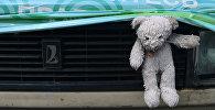 Игрушка на автомобиле. Архивное фото