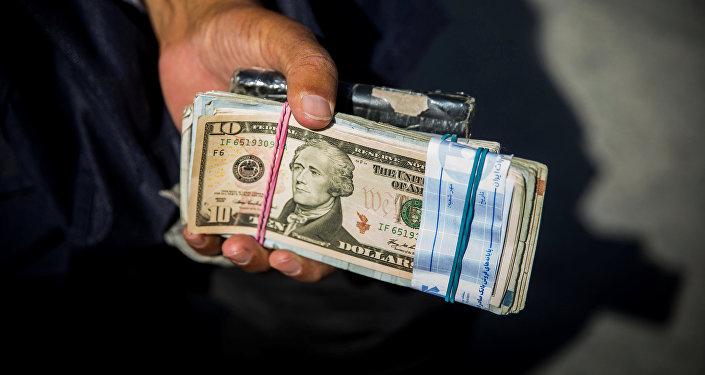 Мужчина с деньгами. Архивное фото