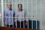 Депутат ЖК Омурбек Текебаев и бывший посом Дуйшон Чотонов в зале суда в Бишкеке. Архивное фото