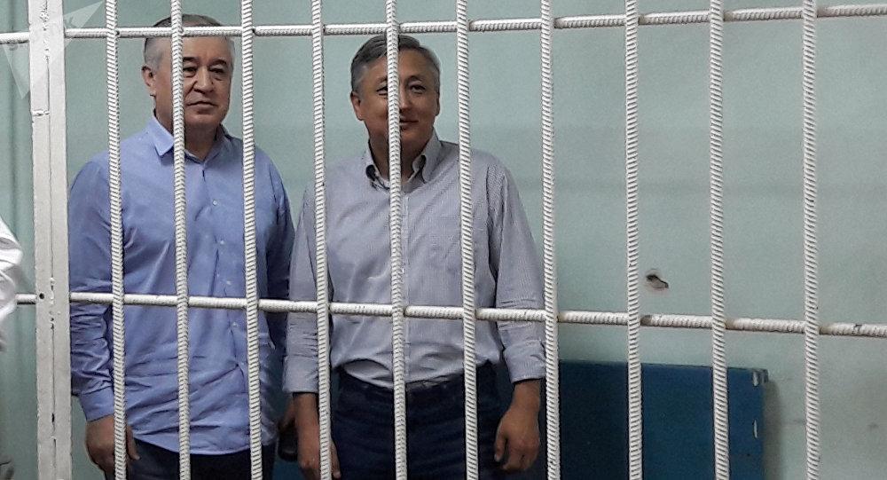 Депутат ЖК Омурбек Текебаев и бывший посол Дуйшон Чотонов в зале суда. Архивное фото