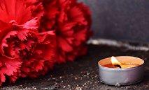 Цветы и свеча. Архивное фото