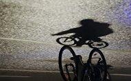 Человек на велосипеде. Архивное фото