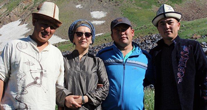 Гулжан Иреш с манасчи в урочище Саймалуу-Таш расположены высоко в горах Ферганского хребта