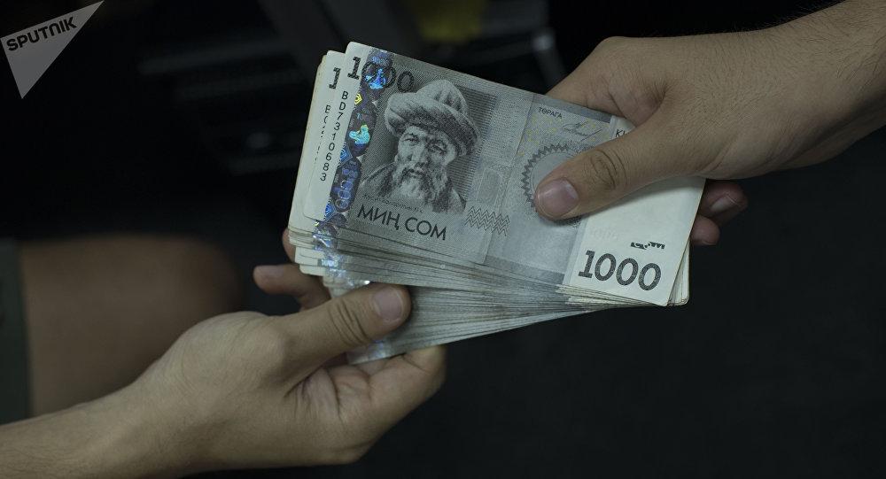Мужчина передает деньги. Архивное фото