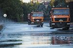 Поливомоечные машины муниципального предприятия Тазалык во время мойки территории площади Ала-Тоо. Архивное фото