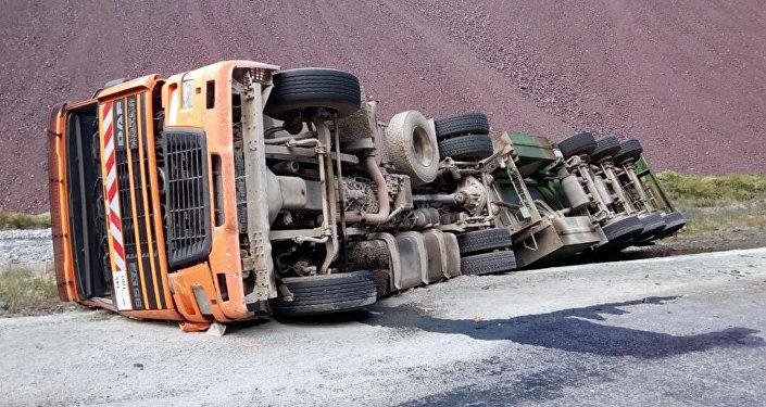 На автотрассе Бишкек — Ош на 94-м километре перевернулся бензовоз марки DAF, на трассу вылилось 5-6 тонн солярки