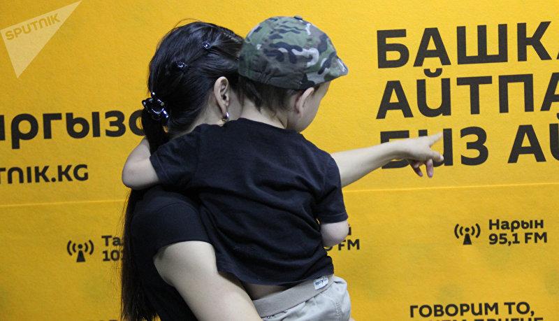 Бишкекчанка Бегимай с глухо-немым сыном Алишером в радиостудии Sputnik Кыргызстан