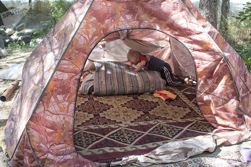 Выселенные жильцы дома 8а в бишкекской новостройке Киргизия-2, живущие в палаточном городке