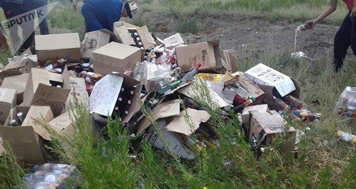 Уничтожение алкогольной продукции в селе Эмгекчил Нарынской области