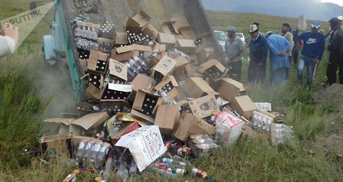 Нарын районунун Эмгекчил айыл өкмөтүндө дүкөндө сатыкта турган 400 миң сомдук спирт ичимдиктери жок кылынды