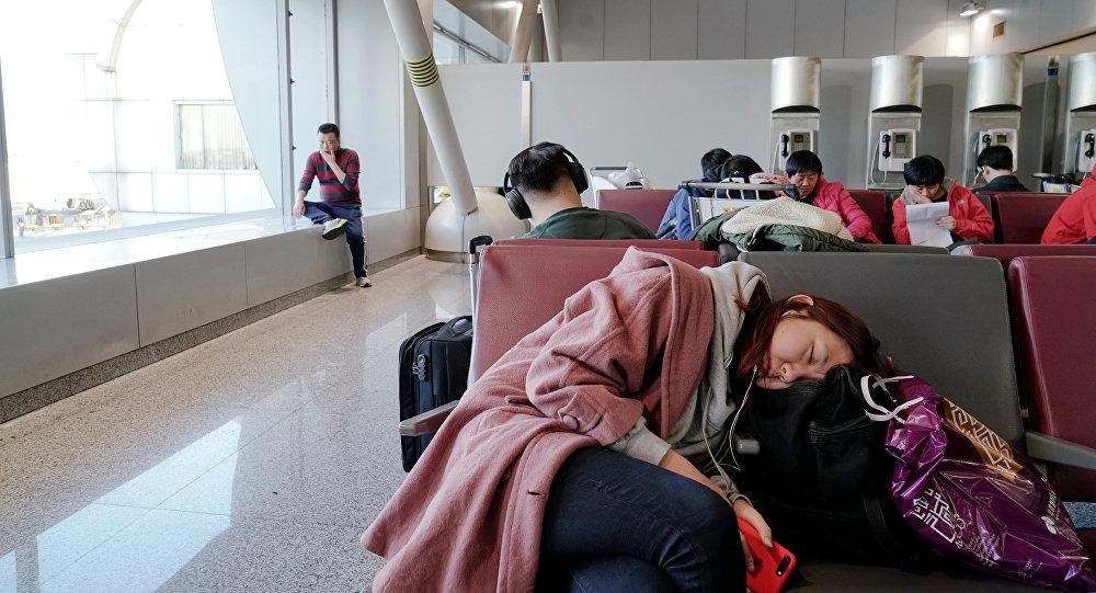 Аэропортто уктап аткан кыз. Архивдик сүрөт