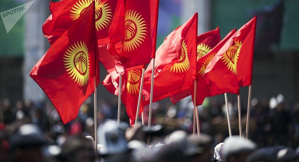 Молодежь с флагами Кыргызстана. Архивное фото
