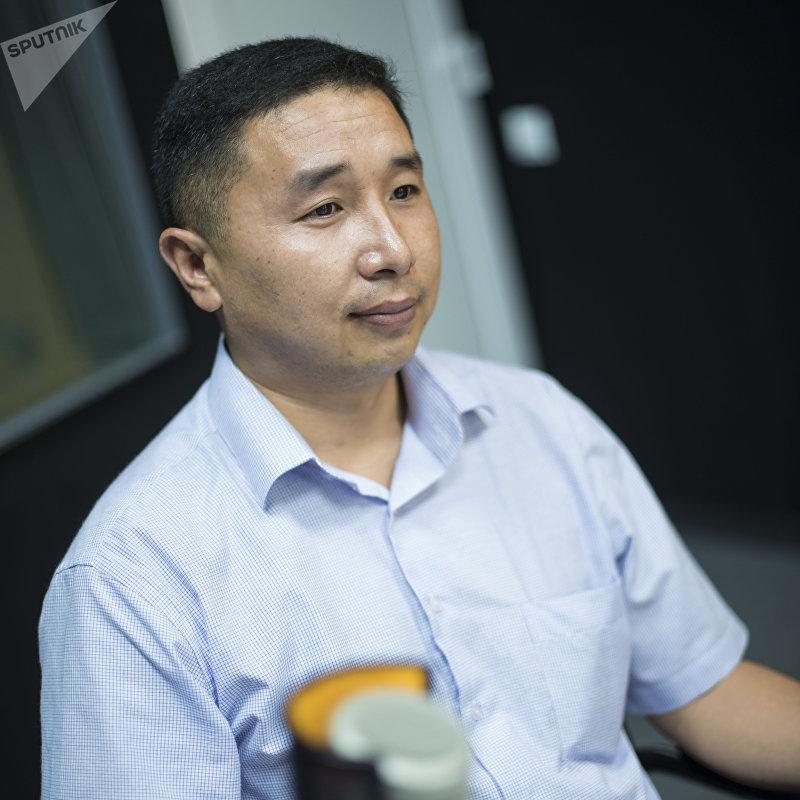 Старший оперуполномоченный Улугбек Артыков во время интервью на радио Sputnik Кыргызстан